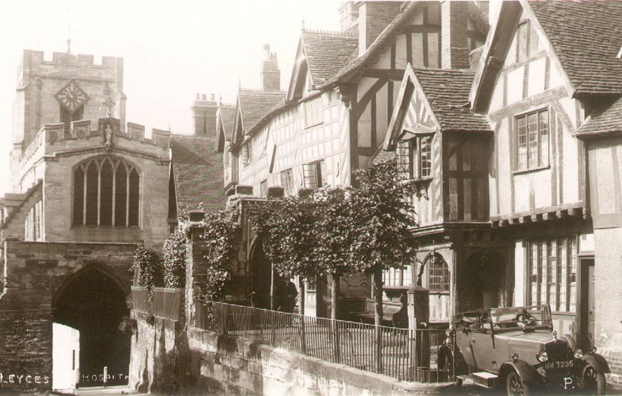 Leycester Hospital and the Westgate, Warwick.  1920s    IMAGE LOCATION: (Warwickshire County Record Office)