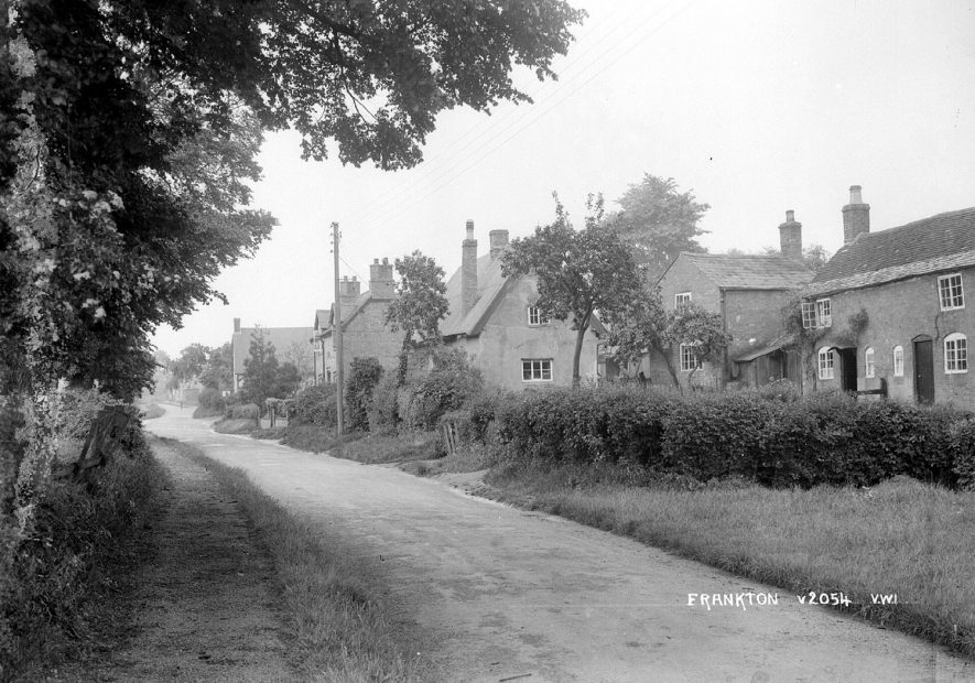 A row of cottages in Frankton.  1930s |  IMAGE LOCATION: (Warwickshire County Record Office)