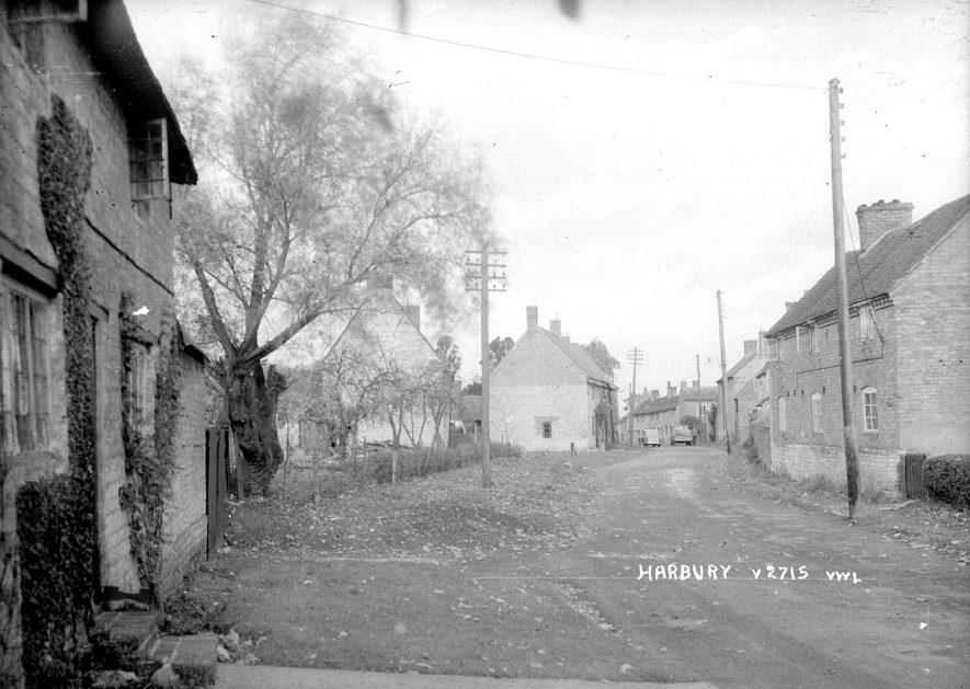A view looking down Farm Street, Harbury.  1950s |  IMAGE LOCATION: (Warwickshire County Record Office)