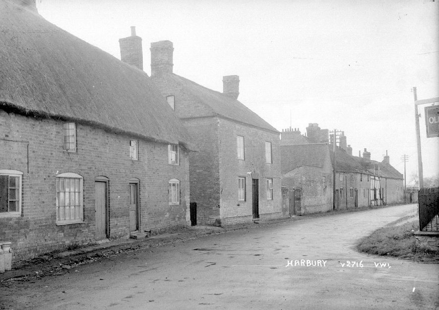 Cottages in Temple End, Harbury.  1950s |  IMAGE LOCATION: (Warwickshire County Record Office)