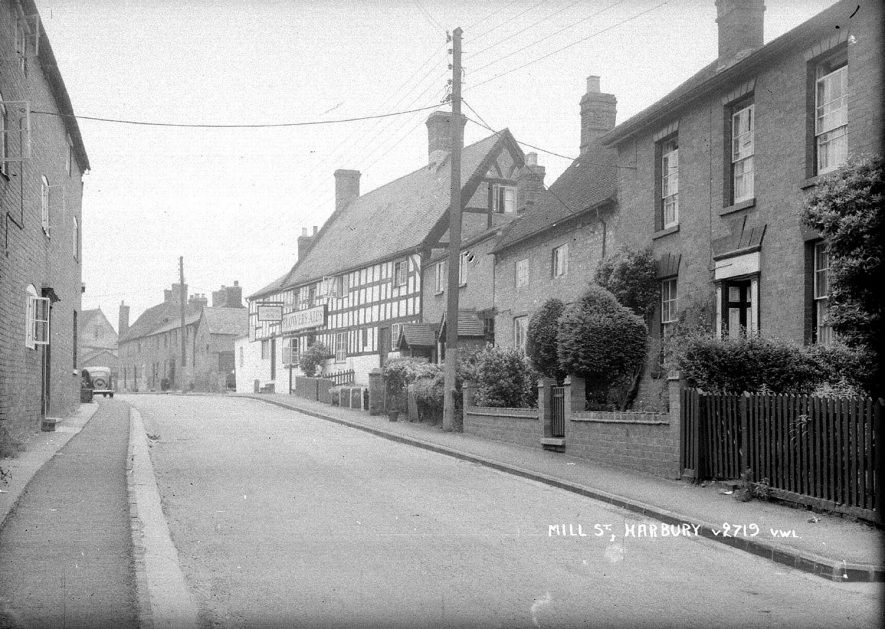 Mill Street and the Shakespeare Inn, Harbury.  1950s |  IMAGE LOCATION: (Warwickshire County Record Office)