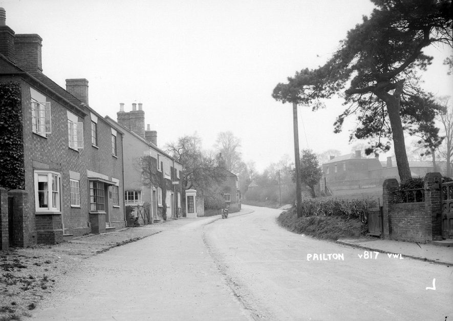 Cottages and street in Pailton.  1930s |  IMAGE LOCATION: (Warwickshire County Record Office)