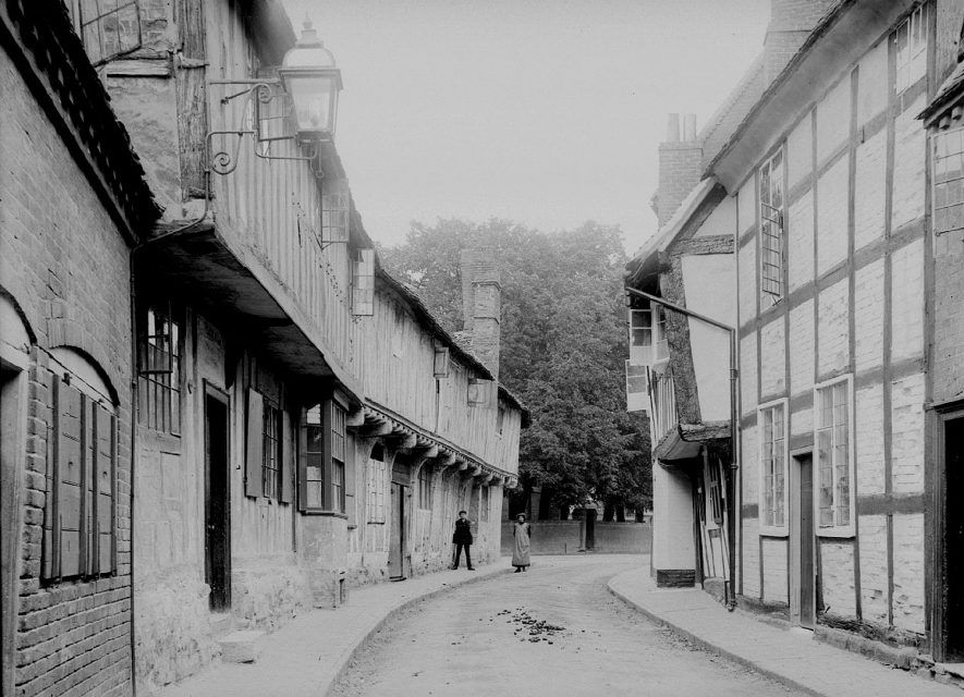 Rows of old timber framed cottages in Maltmill Lane, Alcester.  1920s    IMAGE LOCATION: (Warwickshire County Record Office)