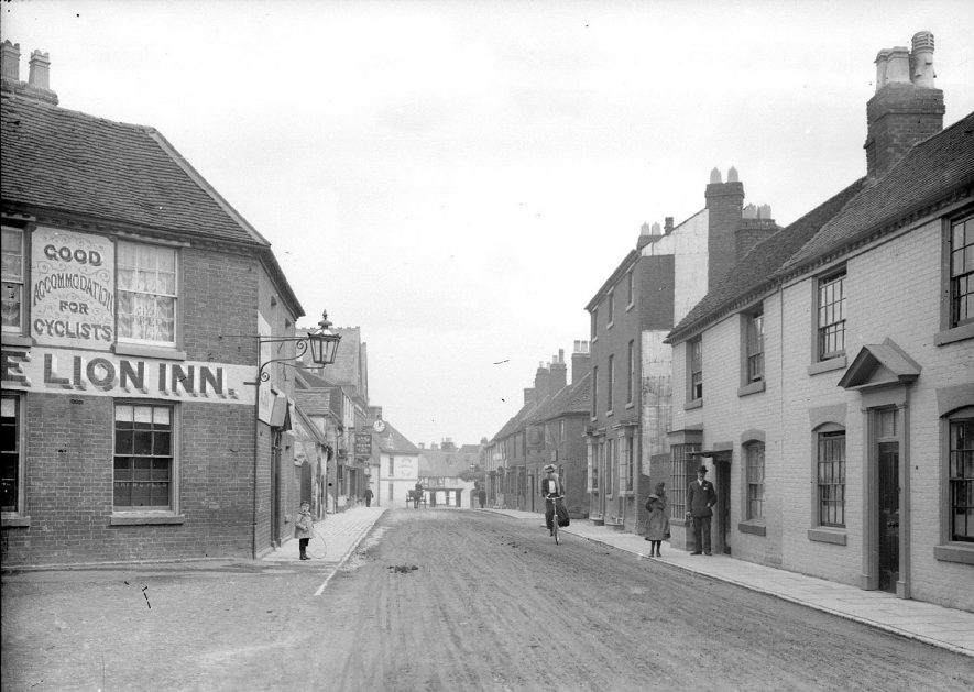 Evesham Street, Alcester, with The Lion Inn in the foreground.  1940s |  IMAGE LOCATION: (Warwickshire County Record Office)