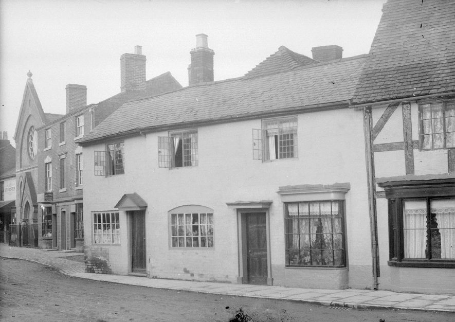 Cottages and chapel in Priory Road, Alcester.  1920s |  IMAGE LOCATION: (Warwickshire County Record Office)