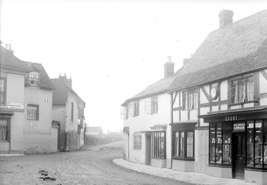 Swan Street, Alcester, near The Globe Hotel.  c. 1905 |  IMAGE LOCATION: (Warwickshire County Record Office)