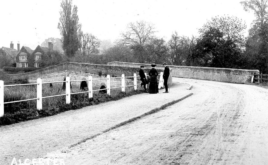 Road bridge over the River Arrow at Alcester.  1900s |  IMAGE LOCATION: (Warwickshire County Record Office)
