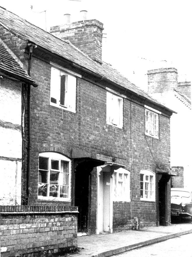 Cottages in Malt Mill Lane, Alcester.  1930s |  IMAGE LOCATION: (Warwickshire County Record Office)