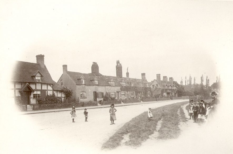 Cottages in Arrow.  1900s |  IMAGE LOCATION: (Warwickshire County Record Office)