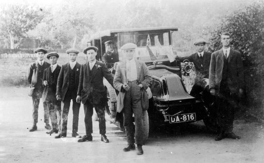 Men from Broom going to enlist in the Army.  1900s    IMAGE LOCATION: (Warwickshire County Record Office)