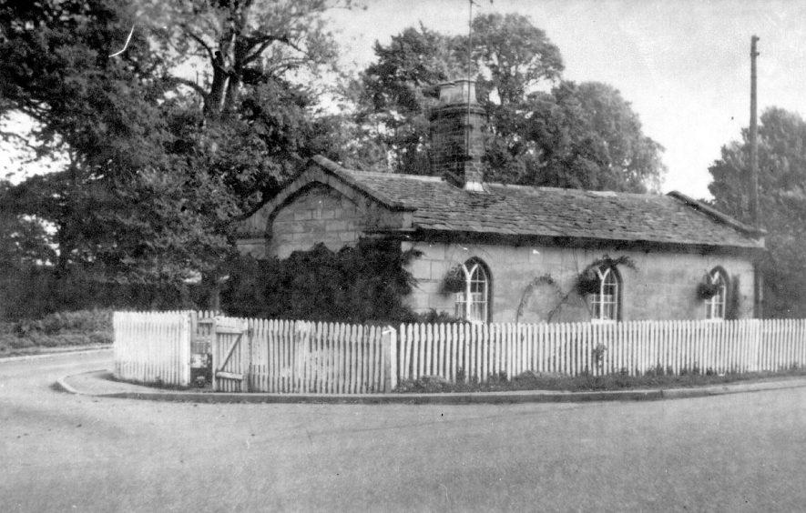The Warwick Gate tollhouse on the Banbury Road, Warwick.  1900s |  IMAGE LOCATION: (Warwickshire County Record Office)