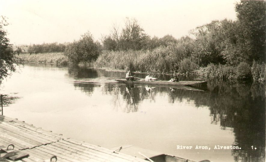 Boating on the River Avon near Alveston.  1950s |  IMAGE LOCATION: (Warwickshire County Record Office)