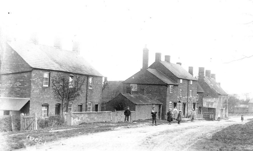 Cottages in Upper Brailes.  1900s |  IMAGE LOCATION: (Warwickshire County Record Office)