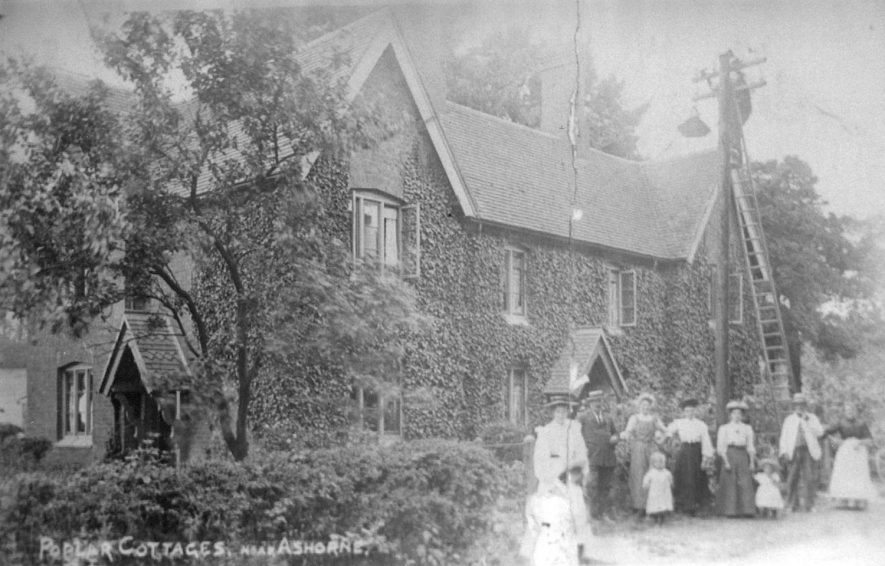 Poplar Cottages at Ashorne.  1910    IMAGE LOCATION: (Warwickshire County Record Office)