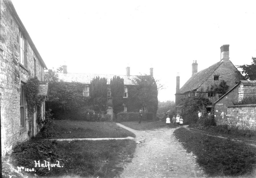Cottages in Halford with a group of children standing in front.  1910s |  IMAGE LOCATION: (Warwickshire County Record Office)