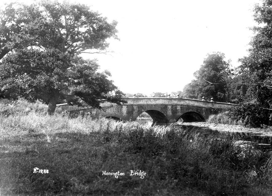 Bridge over River Stour at Honington.  1910s    IMAGE LOCATION: (Warwickshire County Record Office)
