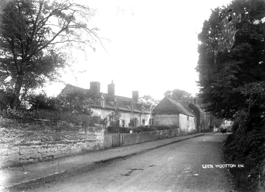 Cottages in Leek Wootton.  1900s    IMAGE LOCATION: (Warwickshire County Record Office)