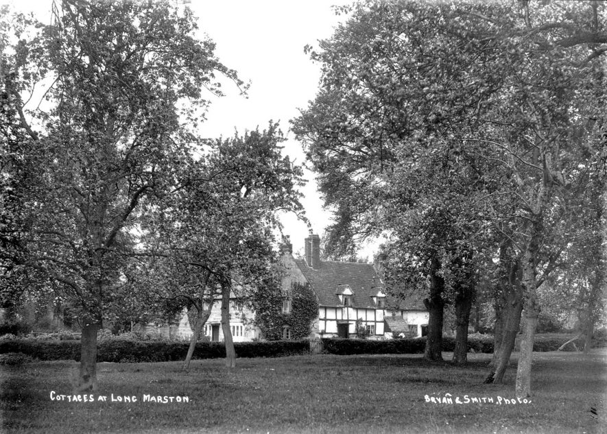 Cottages in Long Marston.  1900s    IMAGE LOCATION: (Warwickshire County Record Office)