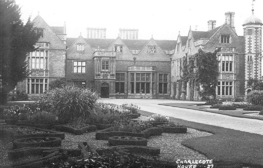 Charlecote Park house and gardens.  1910s |  IMAGE LOCATION: (Warwickshire County Record Office)