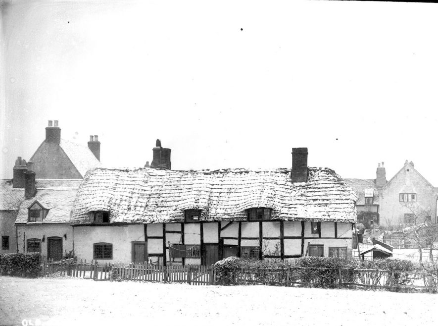 Old cottages in the snow at Shottery.  1900s |  IMAGE LOCATION: (Warwickshire County Record Office)