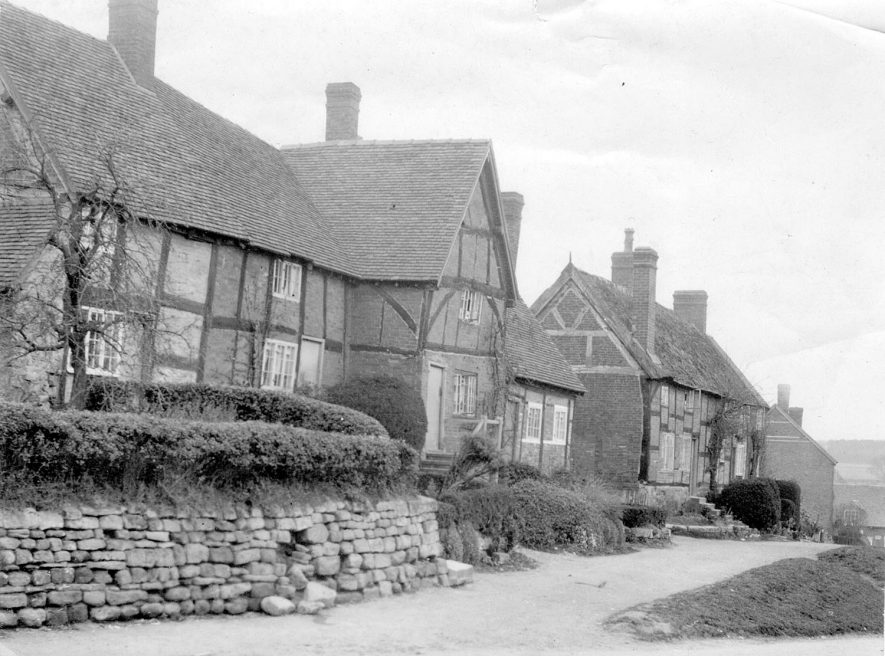 Timbered cottages in Stoneleigh.  1910s    IMAGE LOCATION: (Warwickshire County Record Office)