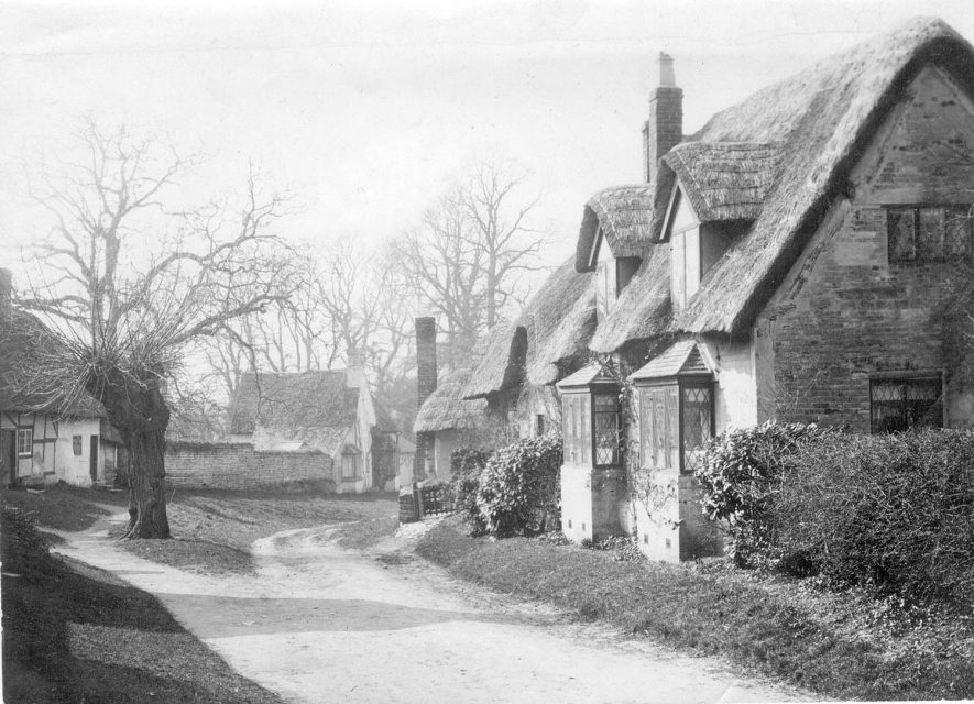 Thatched cottages in Welford on Avon.  1930s |  IMAGE LOCATION: (Warwickshire County Record Office)