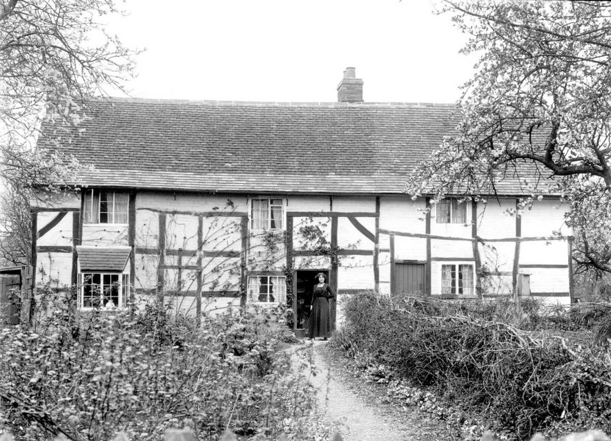 Timbered cottages in Welford on Avon.  1900s |  IMAGE LOCATION: (Warwickshire County Record Office)