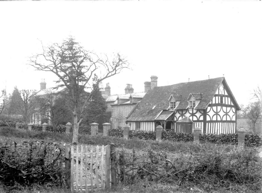 Cottages in Welford on Avon.  1900s   |  IMAGE LOCATION: (Warwickshire County Record Office)