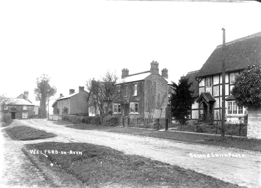 A street scene in Welford on Avon.  1900s |  IMAGE LOCATION: (Warwickshire County Record Office)