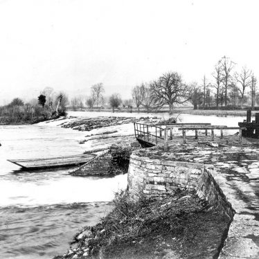 Welford on Avon.  Weir and lock on the River Avon