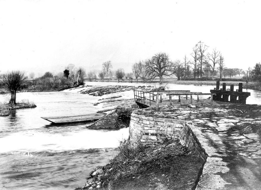 The weir and lock on the River Avon at Welford on Avon.  1900s |  IMAGE LOCATION: (Warwickshire County Record Office)