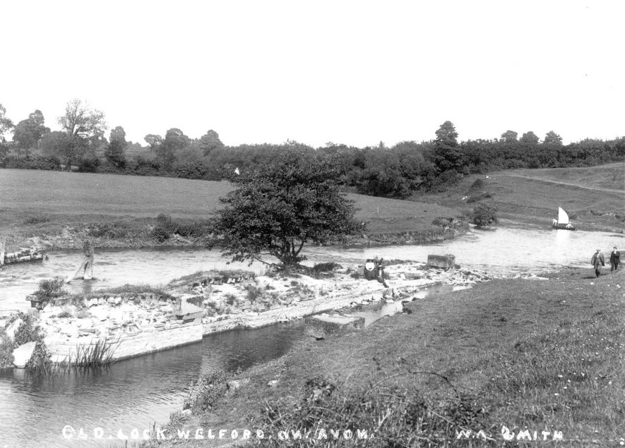 The old lock on the River Avon at Welford on Avon.  1900s |  IMAGE LOCATION: (Warwickshire County Record Office)
