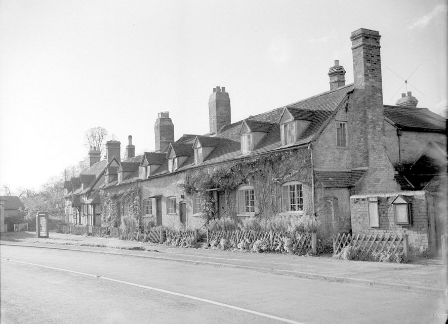A row of terraced cottages in Arrow.  1954    IMAGE LOCATION: (Warwickshire County Record Office)