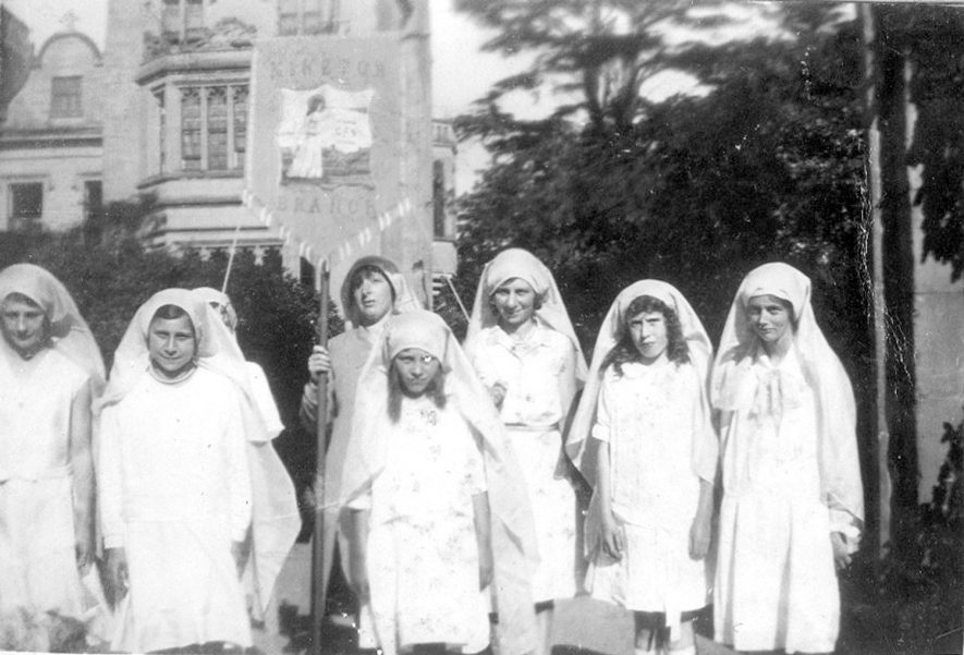 Children from Alderminster at the G.F.S. festival at Guy's Cliffe. Warwick.  1930s |  IMAGE LOCATION: (Warwickshire County Record Office)