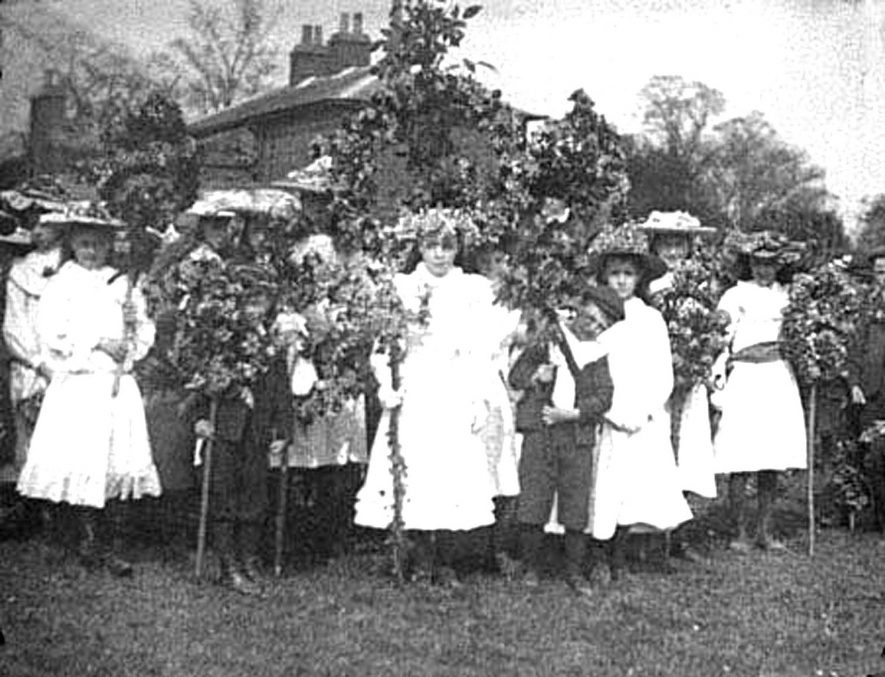 Schoolchildren in costume carrying garlands celebrating May Day in Lower Brailes.  1 May 1906 |  IMAGE LOCATION: (Warwickshire Museums. Photographic Collections.)
