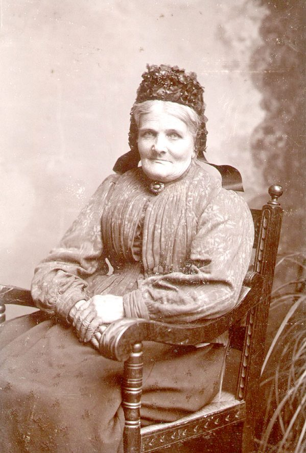 Mrs Naseby, wife of William Naseby, greengrocer and market gardener, lived at  Naseby Cottage, Hillmorton Road from 1854 to 1903.  Mrs Naseby helped her husband run the business.  1900s |  IMAGE LOCATION: (Rugby Library) PEOPLE IN PHOTO: Naseby, Mrs, Naseby as a surname