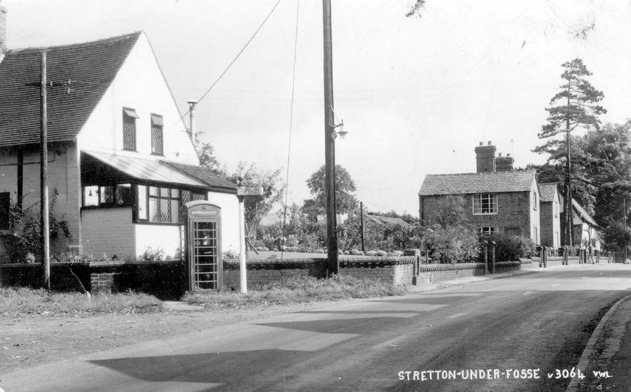 Cottage and telephone box in Stretton under Fosse.  1950s    IMAGE LOCATION: (Rugby Library)