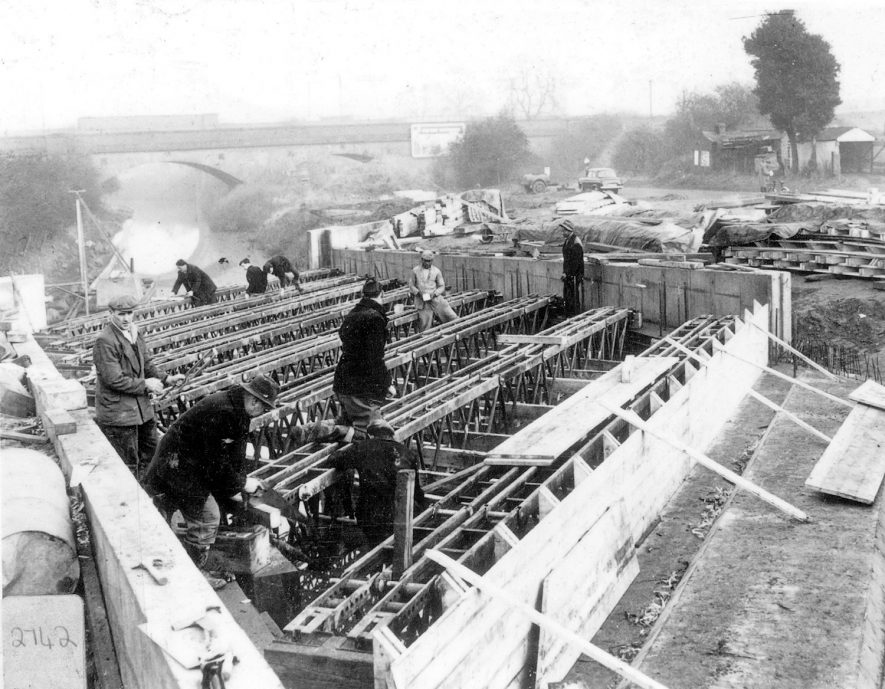 Workers seen constructing a new bridge over the Oxford Canal at Crick Road, Hillmorton.  December 1960 |  IMAGE LOCATION: (Rugby Library)