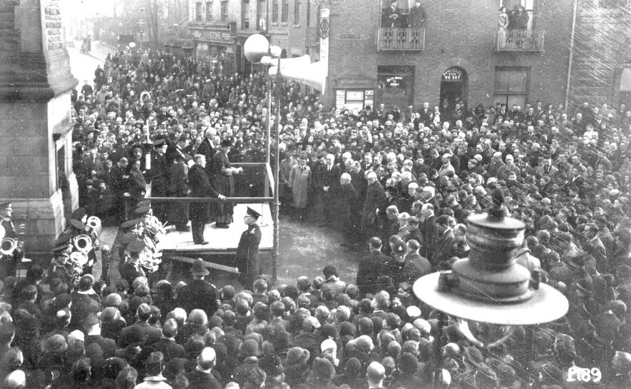 A crowd in the Market Square, Rugby listening to the abdication announcement of Edward VIII.  1936 |  IMAGE LOCATION: (Rugby Library)