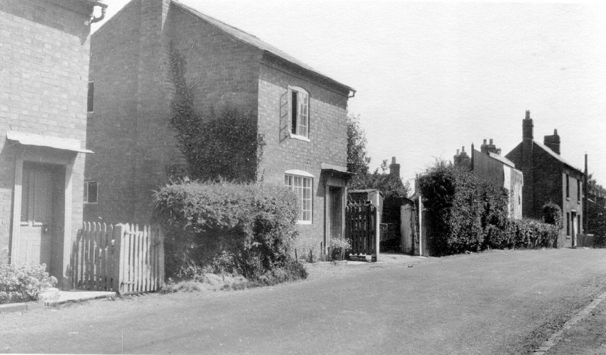 Houses in an unknown street in Bidford on Avon.  1976 |  IMAGE LOCATION: (Warwickshire Museums. Photographic Collections.)