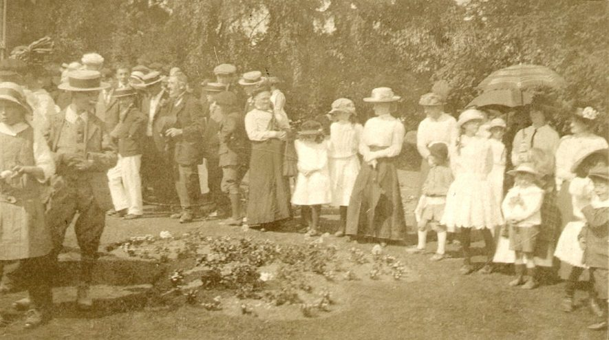 Gathering of men, women and children at Great Alne fete which was held in the grounds of Kinwarton rectory.  1900s    IMAGE LOCATION: (Warwickshire Museums. Photographic Collections.)