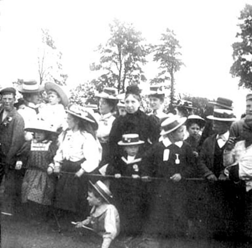 Lower Brailes Jubilee group watching local event, showing Marshall Findlay and Mrs Fox in centre of picture.  1900s |  IMAGE LOCATION: (Warwickshire Museums. Photographic Collections.) PEOPLE IN PHOTO: Fox, Mrs, Fox as a surname, Findlay, Marshall, Findlay as a surname