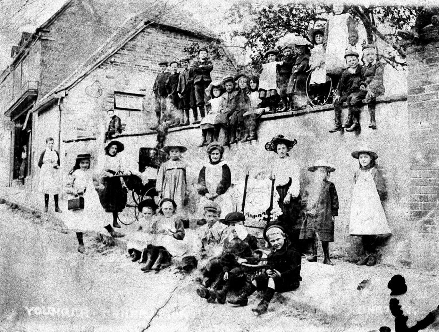 Group of women and children in Bridge Street, Kineton.  1904 |  IMAGE LOCATION: (Warwickshire Museums. Photographic Collections.)