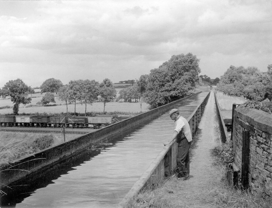 The Stratford upon Avon canal aqueduct passing over the railway line at Bearley.  1940s |  IMAGE LOCATION: (Warwickshire Museums. Photographic Collections.)