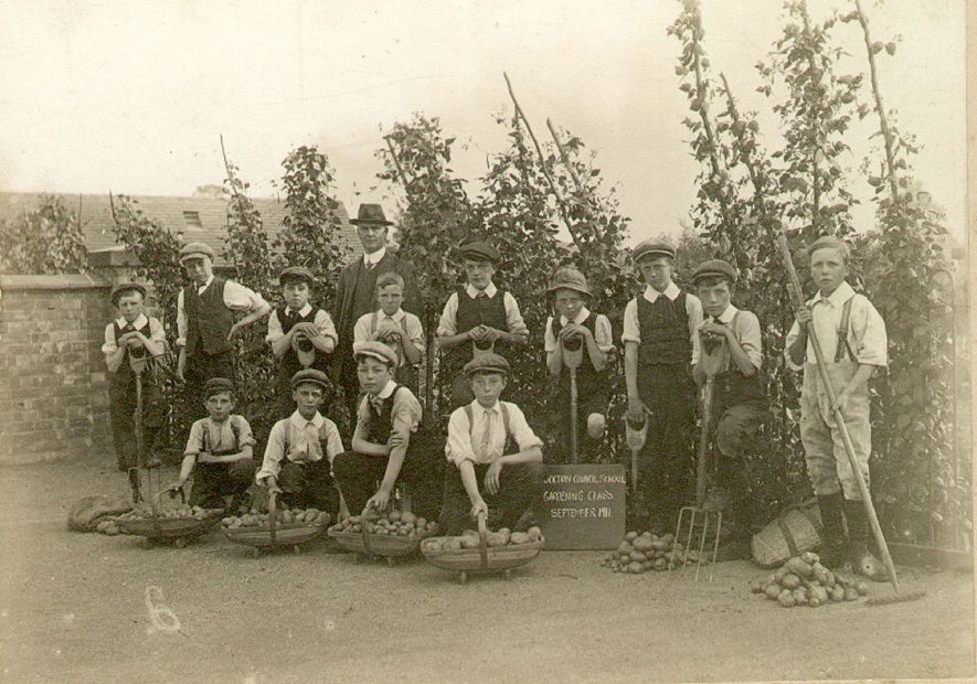 Stockton school gardening class.  1911 |  IMAGE LOCATION: (Warwickshire Museums. Photographic Collections.)