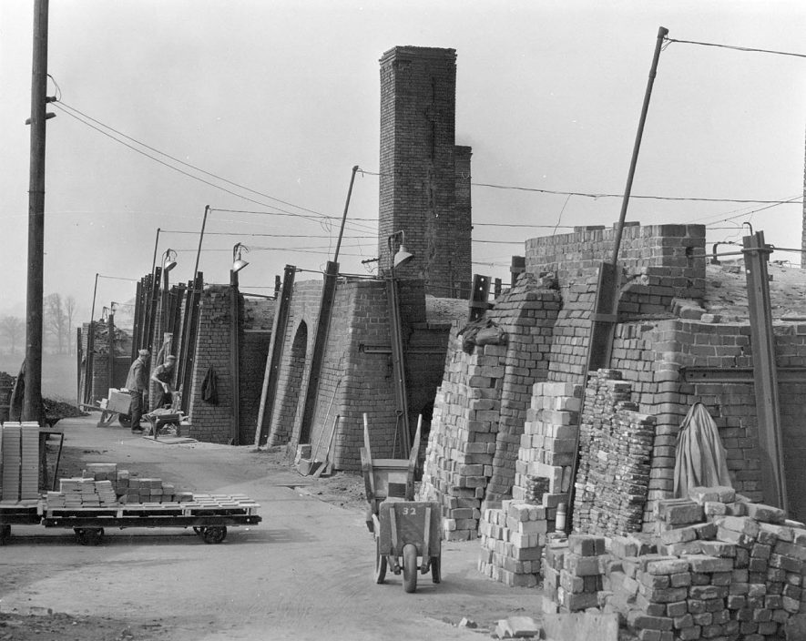 View of the brickworks and kilns at the clay pits. Napton on the Hill.  1950s |  IMAGE LOCATION: (Warwickshire Museums. Photographic Collections.)