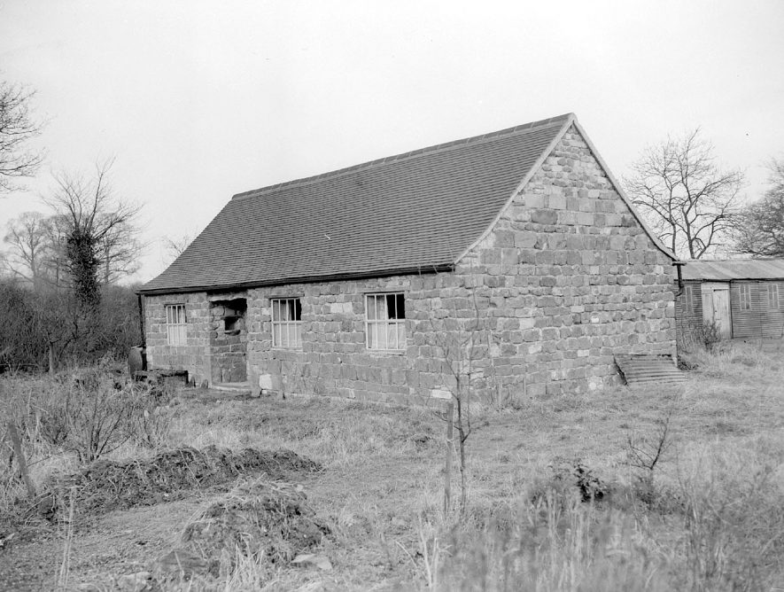 A barn at Old Town Farm, Bishops Itchington. February 15th 1955[It has been pointed out that this barn is unlikely to have been the one situated in Old Town, Bishops Itchington.The barn there was parallel to the road and did not have a tiled roof] |  IMAGE LOCATION: (Warwickshire County Record Office)
