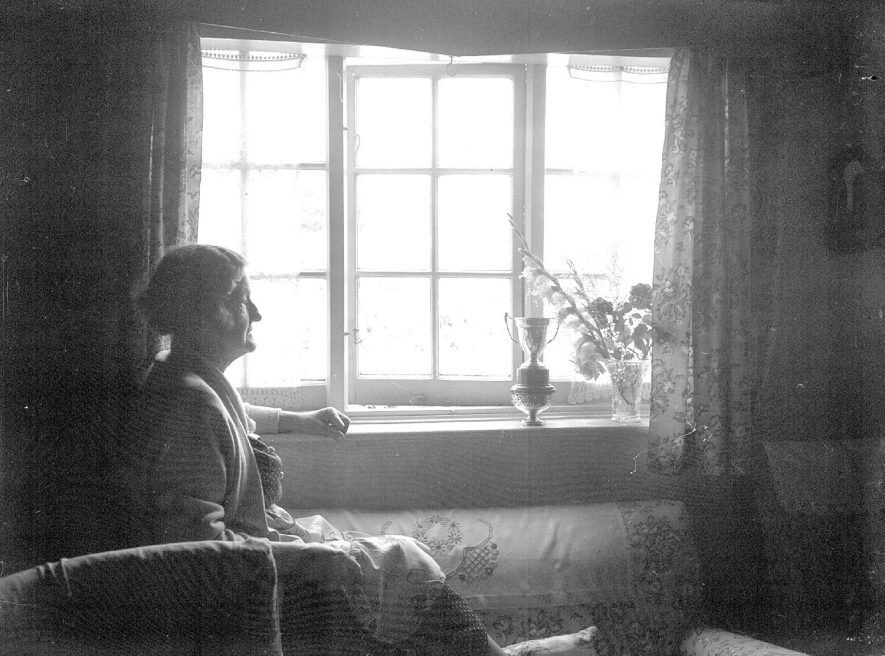 Bretford, best kept village.  Mrs Francis Teeton, of The Cottage, Queens Road, inside her house.  August 1958 |  IMAGE LOCATION: (Warwickshire County Record Office) PEOPLE IN PHOTO: Teeton, Mrs Francis, Teeton as a surname