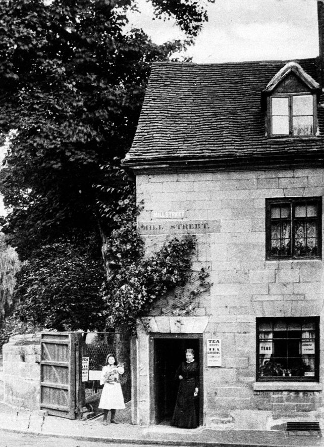 Cottage at the top of Mill Street, Warwick.  1910s |  IMAGE LOCATION: (Warwickshire County Record Office)