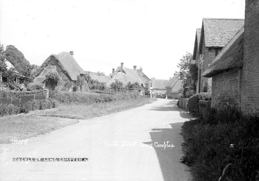 Cottages in Cockle (Crockwell?) Street, Long Compton.  1930s |  IMAGE LOCATION: (Warwickshire County Record Office)